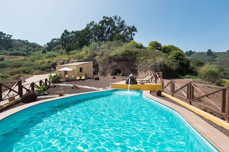 Pequeño estudio para parejas con piscina - Appartement