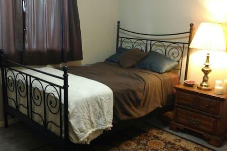Bedroom near Uptown MPLS - Ház