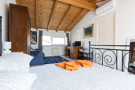 Attic Room with En-suite Bathroom - Mailand - Villa