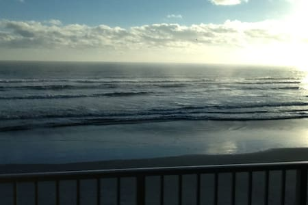 Ponce Inlet Oceanfront Condo 2bed 2baths sleeps 6 - Port Orange - Apartamento