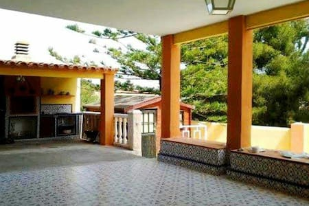 Comfortable house with big swpool 8 min from beach - Hus