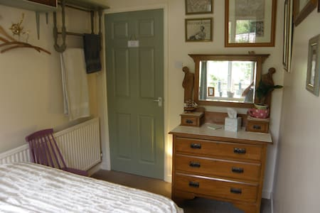 Cosy room in historic Helston. Single or couples - Hus