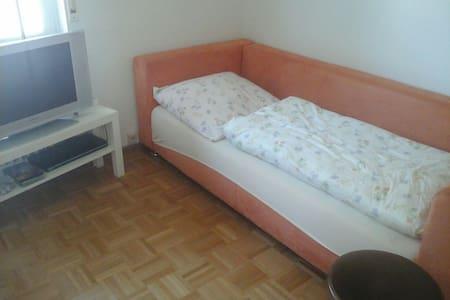 Einfaches Zimmer mit gemütlichem Bett - Huoneisto