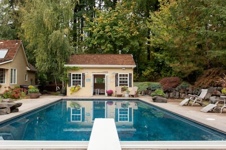 Perfect Poolside Cottage - Bungalow