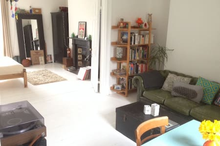 Central light & quirky one bed flat - Lejlighed