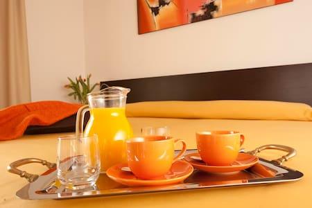 camera moderna con bagno privato e colazione - Bed & Breakfast