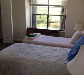 Private Bedroom in Georgetown and Airport Pickup - Condominium