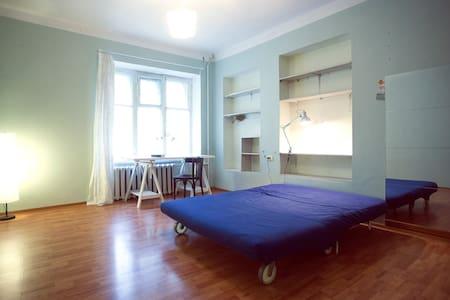 Большая светлая комната в престижном районе - Moskva - Apartment