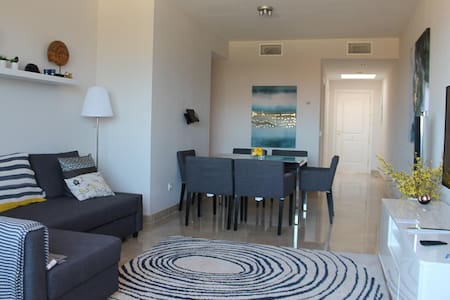 Luxury 2 Bed Duquesa Penthouse Apt - Huoneisto