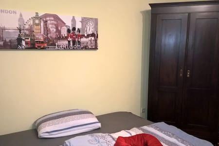 Sehr helles gemütliches Gästezimmer mit Bad - Hemsbach - Hus