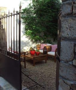 Family quarters in village house - Entrecasteaux - Casa