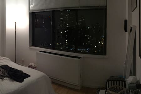 21st Floor Bedroom in Doorman & Elevator Building - New York - Lejlighed