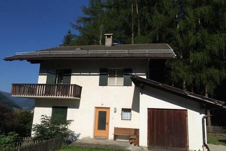 Idyllisches Haus am Wald - House