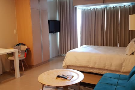 Cozy Room with Pool & Gym in Eastwood City - Wohnung