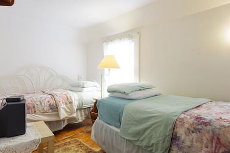Third Floor Walkup Private Room With Two Twin Beds - Acton - Apartament
