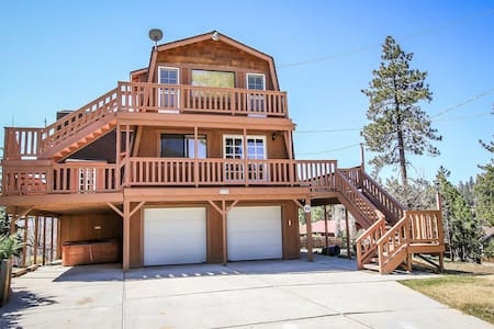 Spacious Tri-Level Lakeview Home~Kitchen/Dining/Fireplace On Each Level!~Garage~ - House