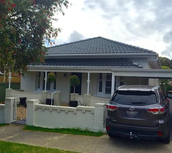Grand home, close to amenities, 11km Sydney CBD - Rockdale - House