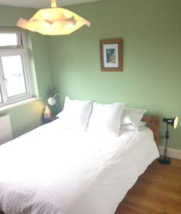 Bright and airy double room- free parking! - Portslade