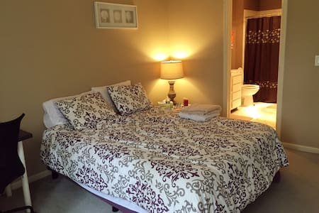 Cozy bedroom with private bath inside your room! - Bedminster Township - Stadswoning
