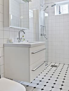 70 sqm, 2R high-standard, gorgeous apartment, close to everything: restaurants, cafes and shopping, central station (2 min walk), the Lund Cathedral and Stortorget are 2 min walk as well. Almost opposite to Grand hotel, Juridicum is around the corner