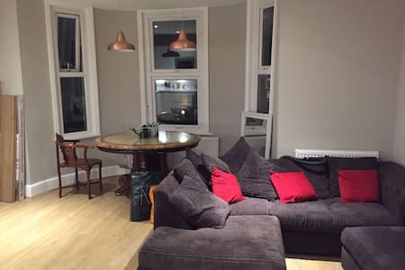 Double room in large 4 bedroom shared flat - Lejlighed