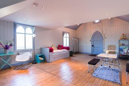 Tin tabernacle & art studio just outside London - Chandler's Cross