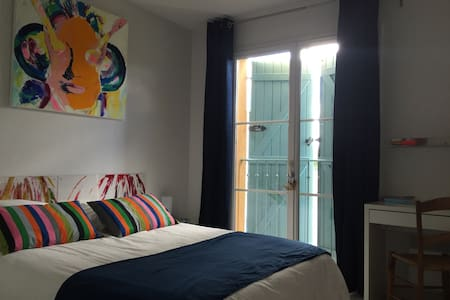 Chambre dans maison d'artiste - Cornebarrieu - Bed & Breakfast