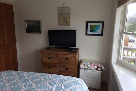 Quaint room in a beautiful home. - El Granada - House