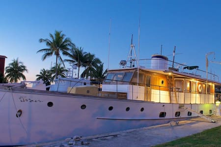 Unique waterfront living on antique Trumpy yacht - Boat