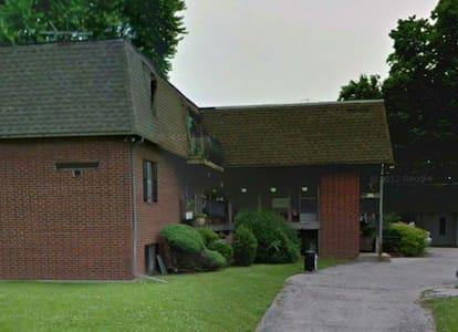 Modest Westport Apartment with a Parking Spot - Kansas City - Appartement