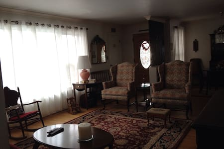 Hollywood Heights BnB - Spacious BR - Bed & Breakfast