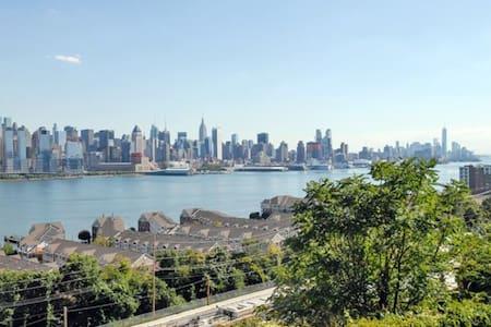 Spacious Studio just 15 mins to Midtown NYC! - Guttenberg