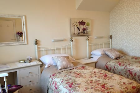 TWIN ROOM By The Sea - Eastbourne