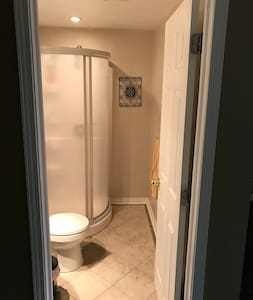 Walk-out Apt w/ Kitchen Bath Close to Yonge St - Newmarket - Lejlighed
