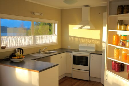 Fabulous river view retreat (female bnb) - Kohukohu - Casa