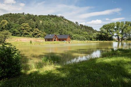 Srub s rybníkem na absolutní samotě - Chatka