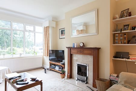 Large double room in detached house - Leeds