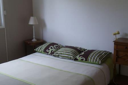 Chambre  avec salle de bain privée chez particulie - Saint-Maurice-de-Gourdans - Hus