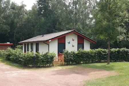 Aan bosrand gelegen vakantiehuis op vakantiepark - Uelsen - Hus