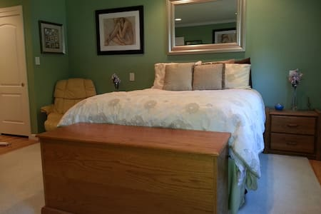 Master Bed/Bath in Quiet Mt. View, Ca Neighborhood - Hus