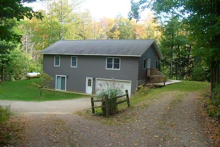 House near Meinert Park and Big Flower Creek - Montague - Maison