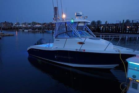 24' Walkaround boat in Portland Harbor - Loď
