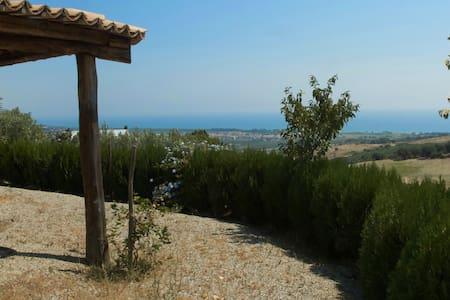 Villetta su un poggio a 2 km dal mare - Villa
