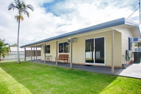 The Holiday Shack Hervey Bay-Outdoor Dog Friendly - House