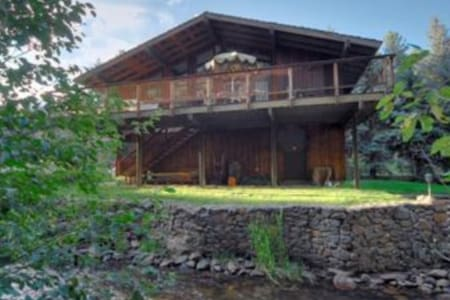 Beautiful Chalet on Private Stream - Evergreen - Stuga