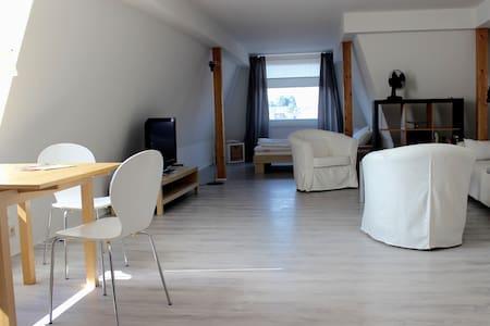 Ruhiges, zentrales Dachgeschoß-Apartement - Lägenhet