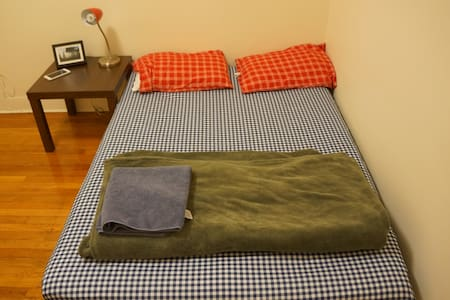 Comfy, Sunny Private Room with AC Near the T - Boston - Apartment
