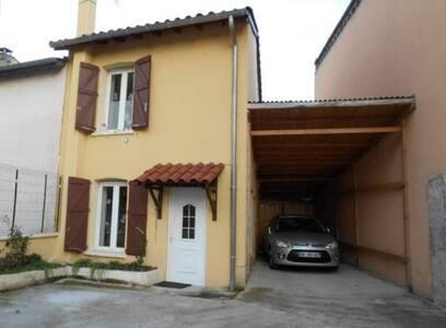 chambre individuelle dans petite maison atypique - Huis