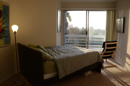 Apt in Heart of LA w/ City Views - Los Angeles - Appartement