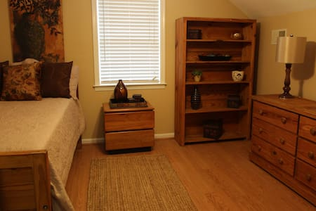 Private Room in our Home - Prince Frederick - House